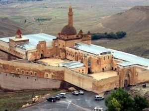 İshak Paşa Sarayı'nı cam tavanla kapladılar