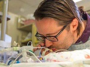Acılı baba bebeğini ölüme şarkıyla uğurladı