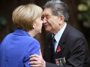 Merkel'e burun öpücüğü