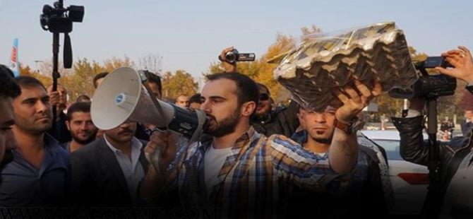 CHP'li gençlerden ilginç yumurtalı protesto!
