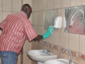 Gineli profesör, Eskişehir'de tuvalet temizliyor
