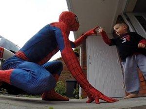 Kanserli çocuğuna Spider Man sürprizi yaptı