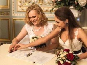 """Rusya'da eşcinsel evliliğe """"damatlık- gelinlik"""" şartı"""