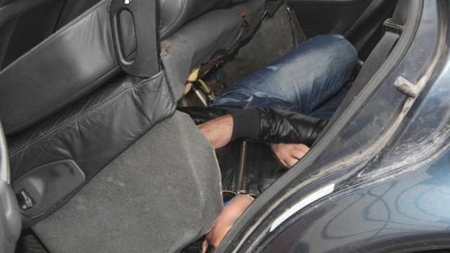 Otomobilin arka koltuğunun altından Suriyeli kaçak çıktı