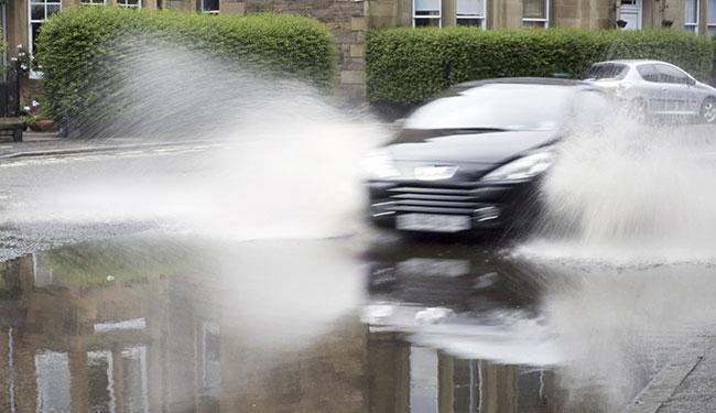 Yağışlı havada araba nasıl kullanılmalı?