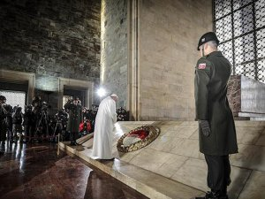 Papa, Ata'nın huzurunda