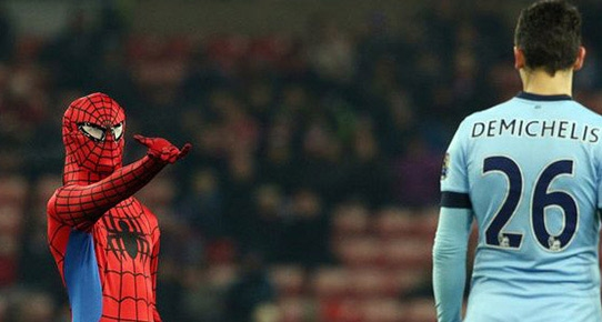 Premier Lig'de örümcek adam sahaya indi
