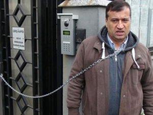 Romanya Başkonsolosluğu önünde kendini zincirledi