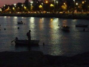 Sandal kayaya çarptı, 2 kişi denize düştü