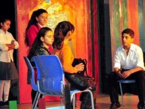 Çocuklara İnsan Hakları Konulu Tiyatro