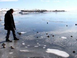 Çıldır Gölü donmaya başladı!