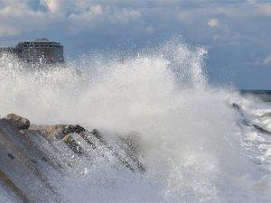 Karadeniz coştu, dev dalgalar liman duvarını aştı