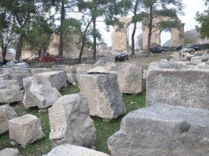 Anavarza Antik Kenti'nde taşlar yerine oturacak