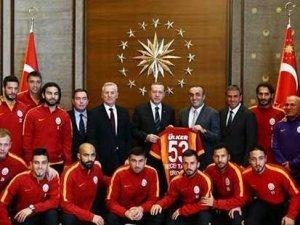 Ak Saray'ı gören Türk vatandaşı oluyor