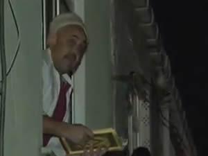 Uyuşturucu kaçakcası, polisleri görünce Kur'an okumaya başladı!