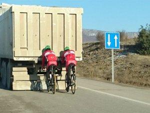 Sarıkamış bisikletçilerinden tehlikeli hareketler