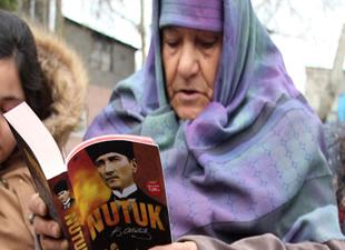 77 yaşında torunlarıyla açık havada kitap okudu