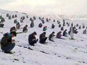 Afganistan'da şok eden üniversite sınavı görüntüsü