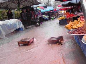 Pazar yerini su bastı, vatandaş alışveriş yapamadı