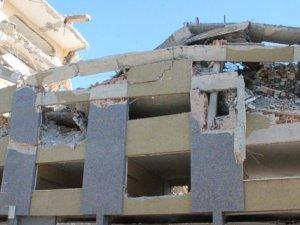 Yıkılan bina yan apartmanın yatak odasını yıktı