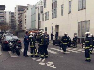 Paris katliamı şüphelileri bir matbaa binasında sıkıştırıldı, ellerinde rehineler var