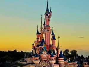 Paris Disneyland'da bomba ihbarı kriz yarattı