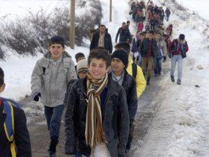 Tir tir titreyerek okula gidiyorlar