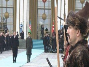 İlham Aliyev'i bahçede karşıladılar
