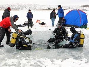 Tamamı buz tutmuş göle tüplü dalış yaptılar