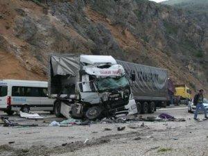 Antalya'da mevsimlik işçileri taşıyan otobüs TIR'la çarpıştı: 5 ölü