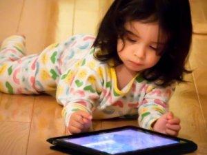 Küçük yaştaki çocukların ipad kullanması, gelişimi etkiliyor