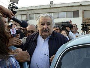Urugay Devlet Başkanı Jose Mujica, otostopçuyu gideceği yere bıraktı