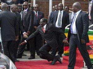 Zimbabwe Cumhurbaşkanı Robert Mugabe merdivenlerden düştü