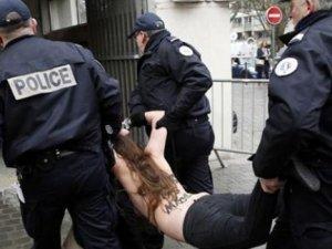 IMF eski Başkanı Dominique Strauss'a FEMEN'den protesto