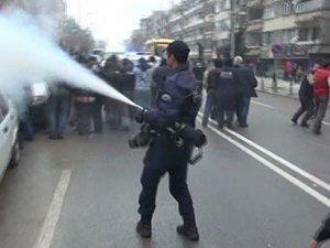 Polis esnafa gaz sıkmak istemedi, amirden emir geldi: Sık oğlum sık