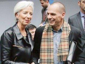 Yunan bakanın atkısı olay oldu