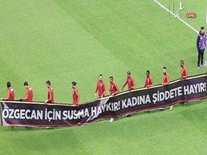 Galatasaray sahaya Özgecan pankartıyla çıktı
