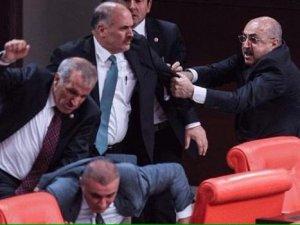 Meclis'te sıradan bir gün: 4 yaralı