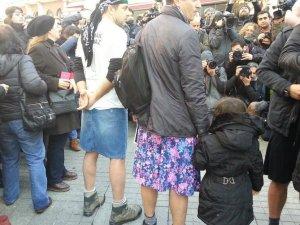Kadına şiddete tepki için mini etek giydiler