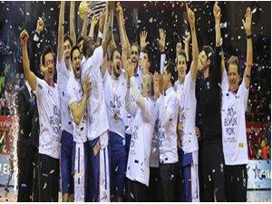 Anadolu Efes 10. Türkiye Kupası'nı aldı