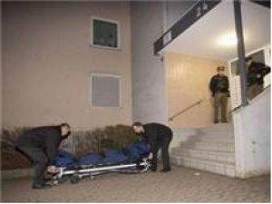 Türk öğrenci annesinin boğazını kesti