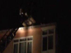 5 katlı binanın çatısına çıktı; bileklerini kesti