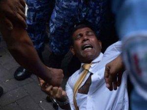 Eski Başkan Naşid, duruşmaya sürüklenerek götürüldü