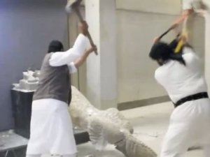 IŞİD Musul'da heykelleri yıktı
