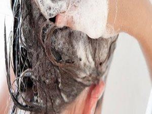 Saçlarınızı ılık suyla yıkayın