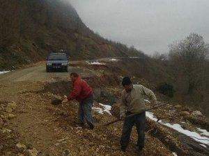 Heyelan 30 köy yolunu ulaşıma kapattı