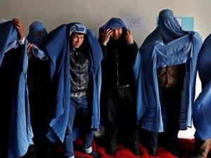 Afganistan'da burka giyen erkeklere tepki