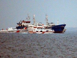 """Çanakkale'de """"kaçak göçmen"""" taşıyan gemiye operasyon"""