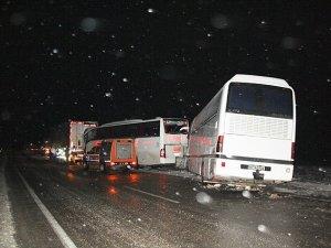 Afyonkarahisar'da zincirleme trafik kazası: 1 ölü, 15 yaralı
