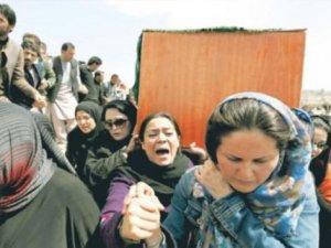 Afgan kadının tabutunu kadınlar taşıdı